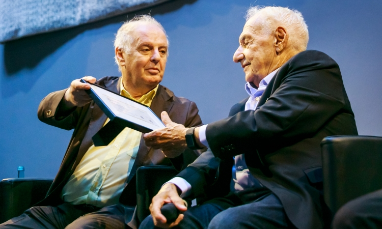 Frank Gehry receives from Daniel Barenboim the first ticket of the Pierre Boulez Saal © Thomas Rosenthal